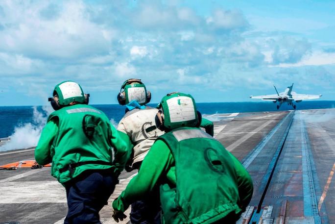 Cận cảnh tàu sân bay và chiến đấu cơ Mỹ tuần tra ở biển Đông - Ảnh 1.