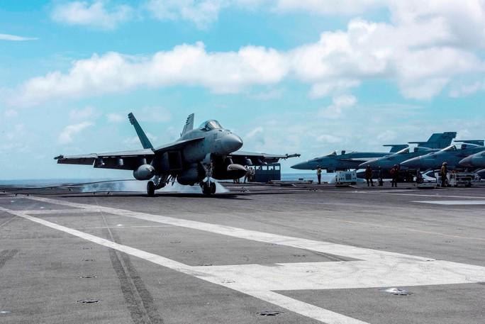 Cận cảnh tàu sân bay và chiến đấu cơ Mỹ tuần tra ở biển Đông - Ảnh 4.