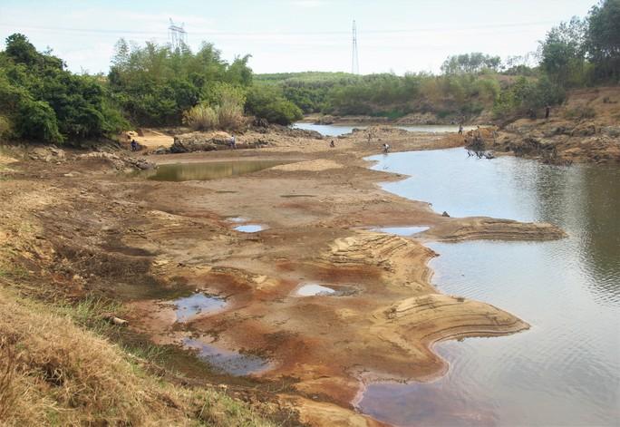 Thừa Thiên -Huế,  Quảng Trị: Cận cảnh sông, hồ trơ đáy vì nắng hạn khốc liệt - Ảnh 2.