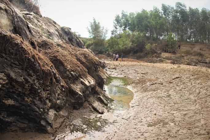 Thừa Thiên -Huế,  Quảng Trị: Cận cảnh sông, hồ trơ đáy vì nắng hạn khốc liệt - Ảnh 5.