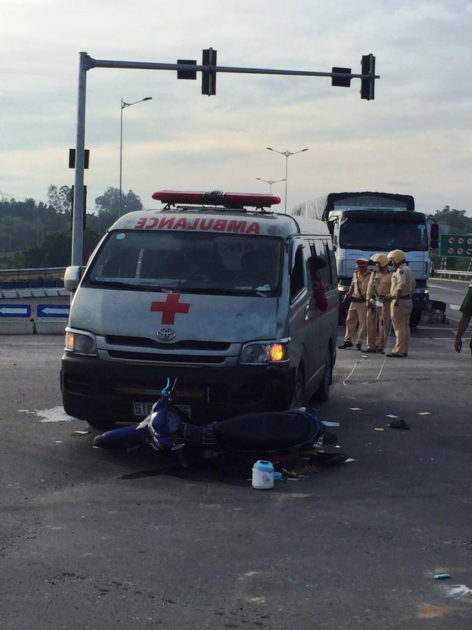 Đà Nẵng: Xe cứu thương chở quan tài tông xe máy, 2 người nguy kịch - Ảnh 1.