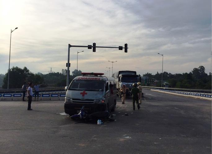 Đà Nẵng: Xe cứu thương chở quan tài tông xe máy, 2 người nguy kịch - Ảnh 2.