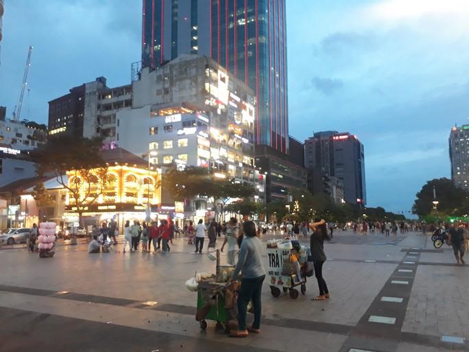 Cận cảnh cuộc rượt đuổi quanh phố đi bộ Nguyễn Huệ - Ảnh 1.