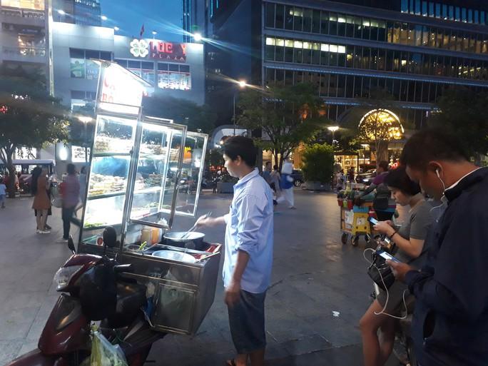 Cận cảnh cuộc rượt đuổi quanh phố đi bộ Nguyễn Huệ - Ảnh 6.