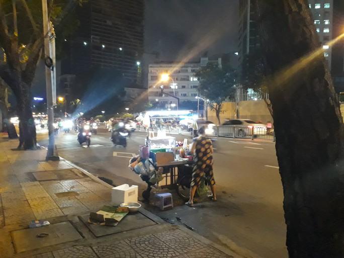 Cận cảnh cuộc rượt đuổi quanh phố đi bộ Nguyễn Huệ - Ảnh 2.