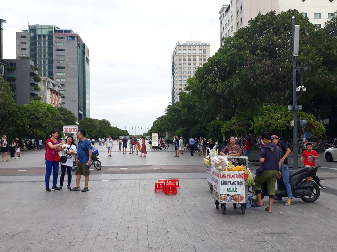 Cận cảnh cuộc rượt đuổi quanh phố đi bộ Nguyễn Huệ - Ảnh 8.
