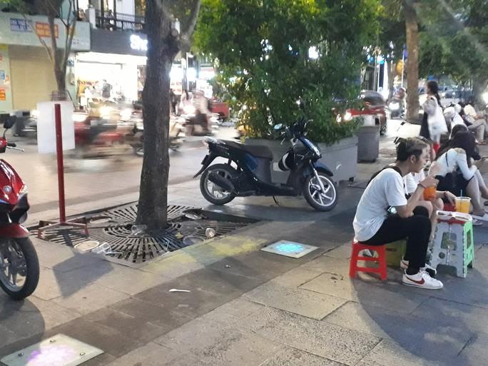 Cận cảnh cuộc rượt đuổi quanh phố đi bộ Nguyễn Huệ - Ảnh 13.