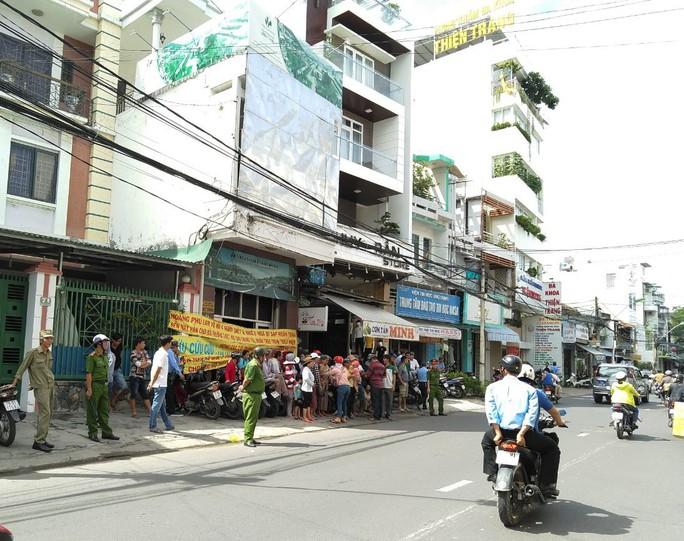Người dân đòi công bằng vì chậm giải quyết sau vụ sạt lở ở dự án Hoàng Phú khiến 4 người chết - Ảnh 1.