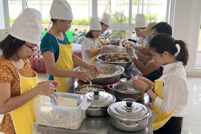 Bữa ăn trưa vui vẻ ở Công ty TNHH Dệt may VTJ - Toms - Ảnh 1.