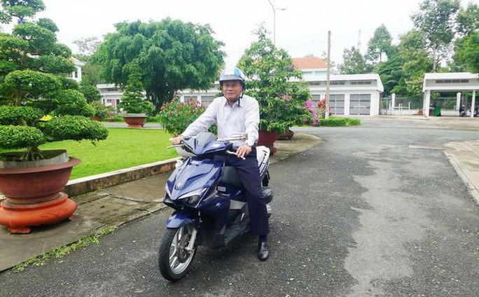 Chủ tịch UBND tỉnh Đồng Tháp: Đi xe máy thích hơn xe công! - Ảnh 1.