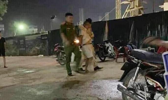 Bị xử phạt, bất ngờ đâm Trung úy CSGT từ phía sau - Ảnh 1.
