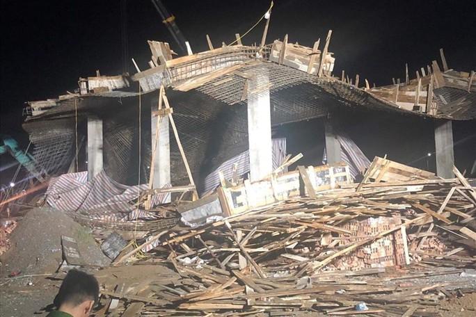 Sập giàn giáo công trình cây xăng, 7 người bị thương, 1 người mất tích - Ảnh 1.