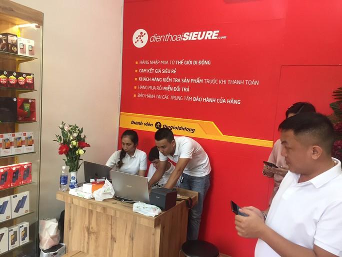 Nhiều người tò mò tìm đến cửa hàng điện thoại siêu rẻ của Thế Giới Di Động - Ảnh 1.