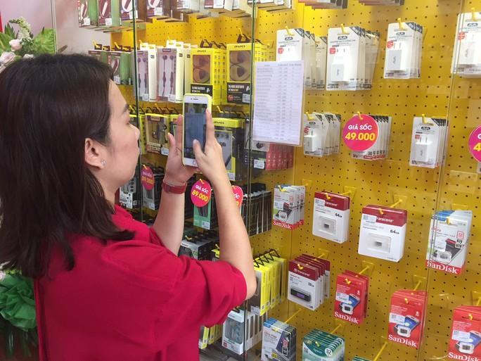 Nhiều người tò mò tìm đến cửa hàng điện thoại siêu rẻ của Thế Giới Di Động - Ảnh 4.