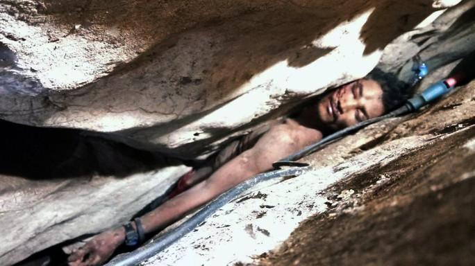 Giải cứu một người Campuchia sau 4 ngày bị kẹt trong đá - Ảnh 1.