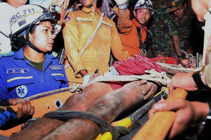 Giải cứu một người Campuchia sau 4 ngày bị kẹt trong đá - Ảnh 2.