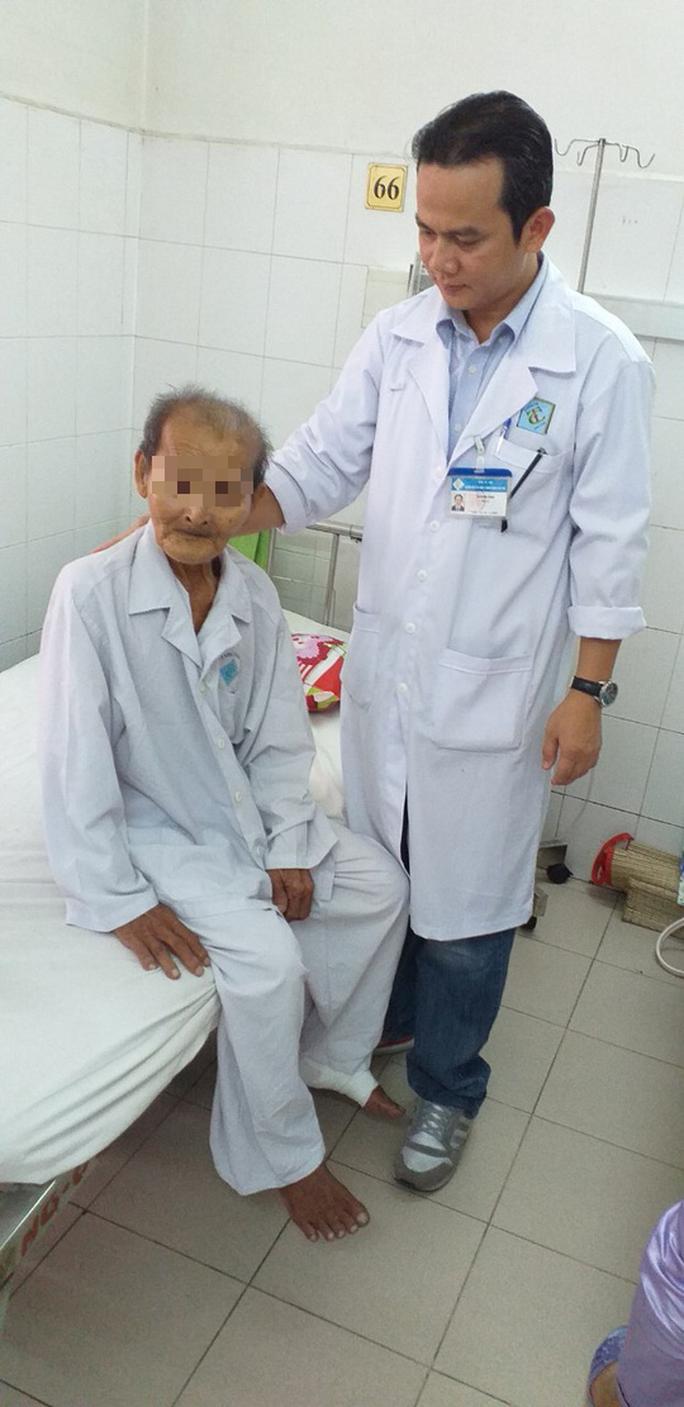 Cụ ông 98 tuổi vui mừng khi được thay khớp háng thành công trong 90 phút - Ảnh 2.