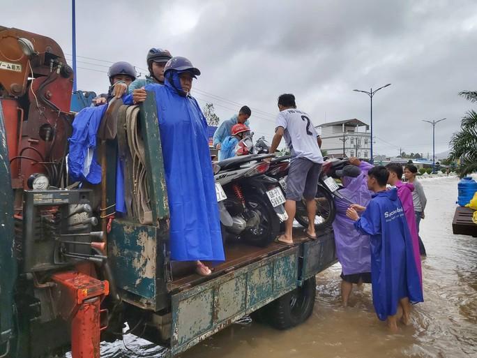 CLIP: Đảo ngọc Phú Quốc ngập lụt chưa từng thấy - Ảnh 8.