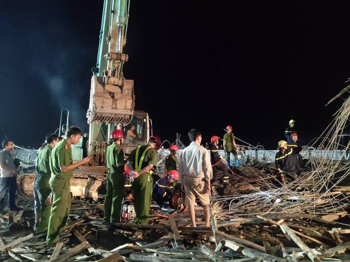 Đã tìm thấy thi thể 1 nạn nhân vụ sập giàn giáo xây dựng trái phép ở cây xăng - Ảnh 1.