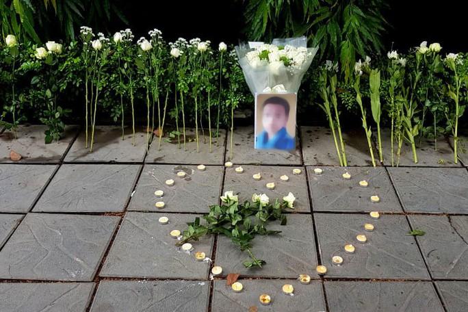 Đặt hoa và nến tưởng niệm bé lớp 1 trước cổng trường Gateway - Ảnh 1.