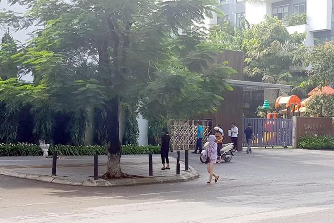 Đặt hoa và nến tưởng niệm bé lớp 1 trước cổng trường Gateway - Ảnh 3.