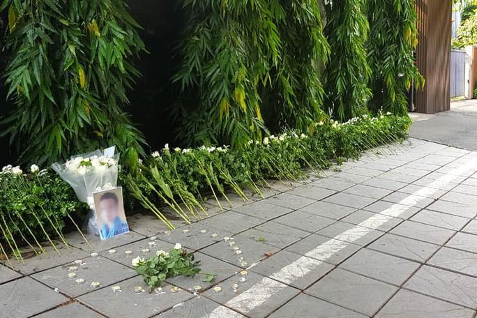 Đặt hoa và nến tưởng niệm bé lớp 1 trước cổng trường Gateway - Ảnh 2.