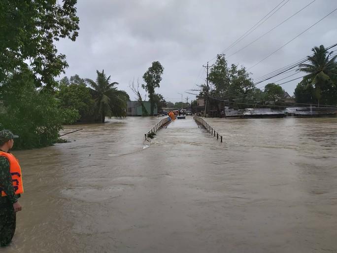 CLIP: Đảo ngọc Phú Quốc ngập lụt chưa từng thấy - Ảnh 4.