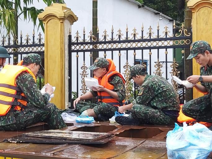 CLIP: Đảo ngọc Phú Quốc ngập lụt chưa từng thấy - Ảnh 12.
