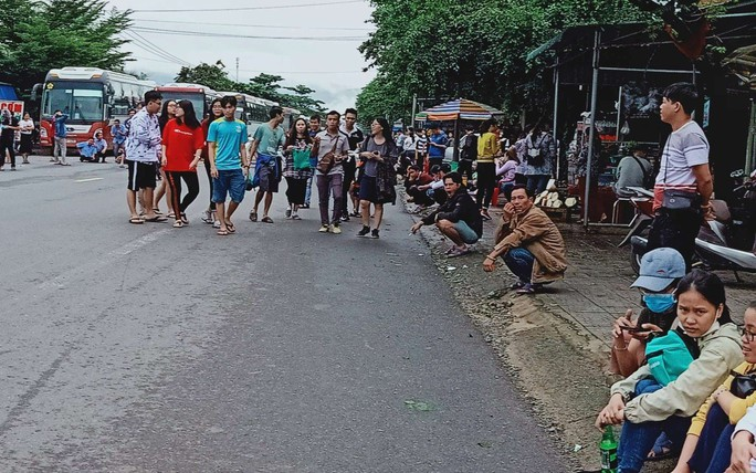 Sạt lở đèo Bảo Lộc: Hàng trăm người vật vạ ngoài đường vì kẹt xe - Ảnh 6.