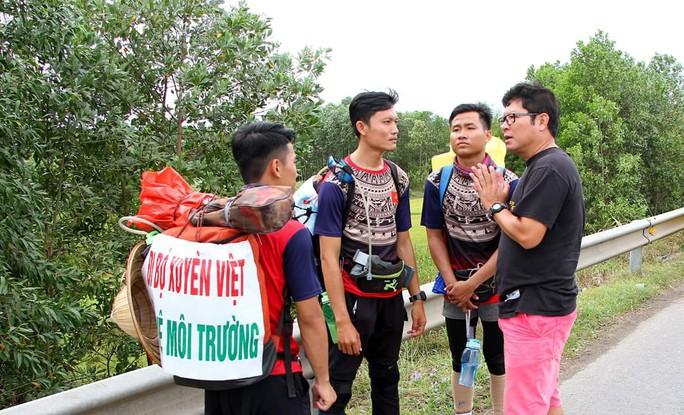 Người đàn ông bị tai nạn tử vong ở Quảng Bình: Nhóm đi bộ xuyên Việt nói gì? - Ảnh 1.