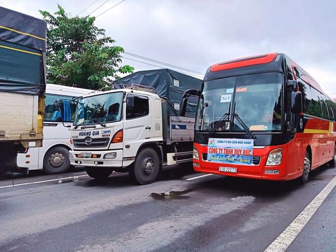 Sạt lở đèo Bảo Lộc: Hàng trăm người vật vạ ngoài đường vì kẹt xe - Ảnh 5.