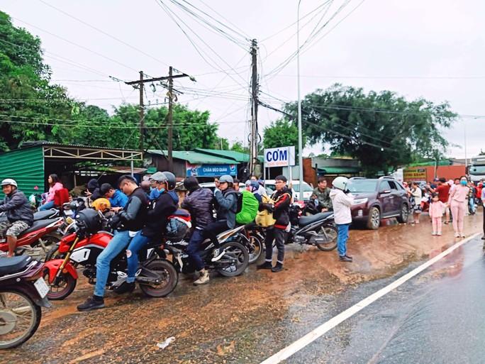 Sạt lở đèo Bảo Lộc: Hàng trăm người vật vạ ngoài đường vì kẹt xe - Ảnh 4.