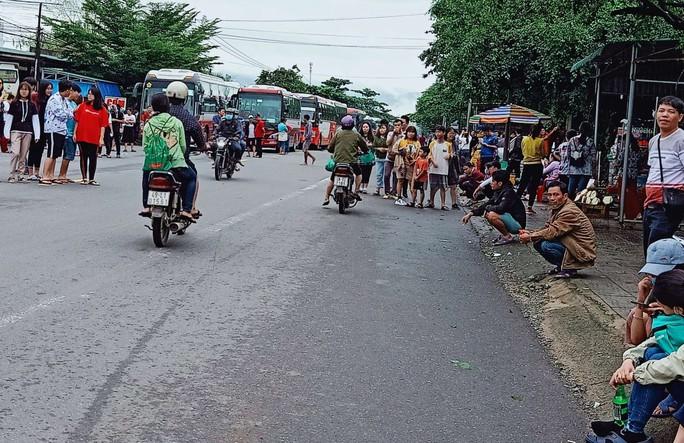 Sạt lở đèo Bảo Lộc: Hàng trăm người vật vạ ngoài đường vì kẹt xe - Ảnh 2.
