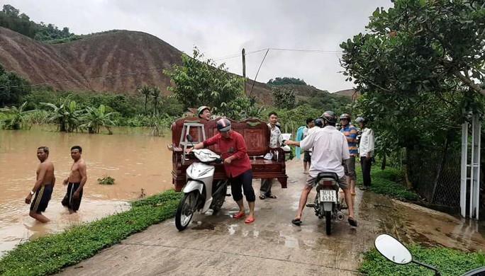 Nước sông Đồng Nai dâng cao, 1 người tử vong do rơi cống thoát nước - Ảnh 1.
