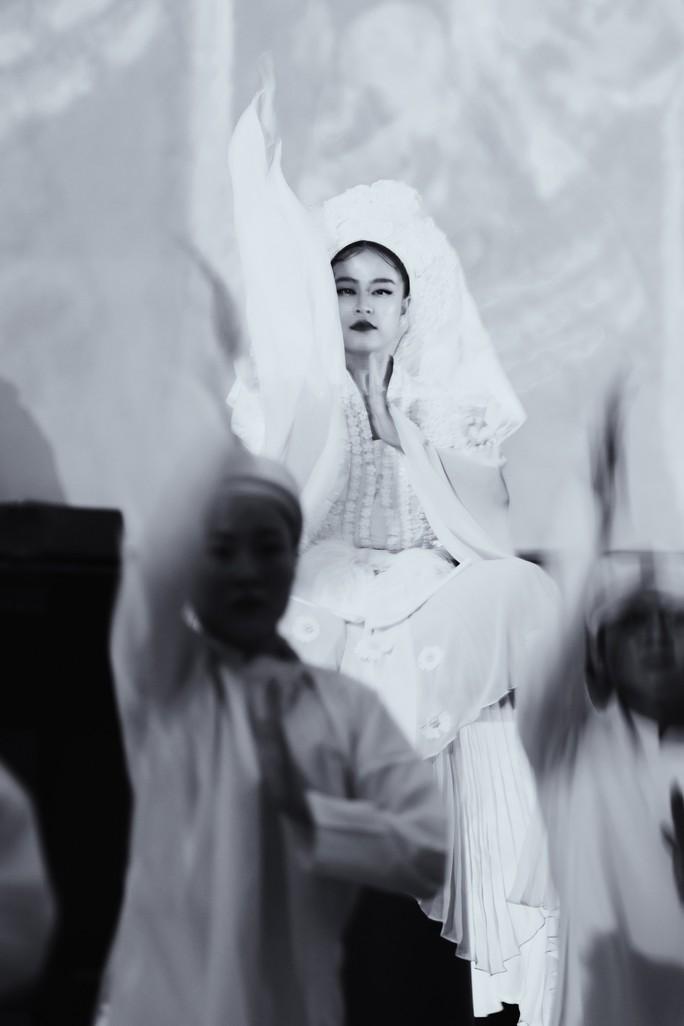 Hoàng Thùy Linh hóa thân cô Bơ lên đồng - Ảnh 1.
