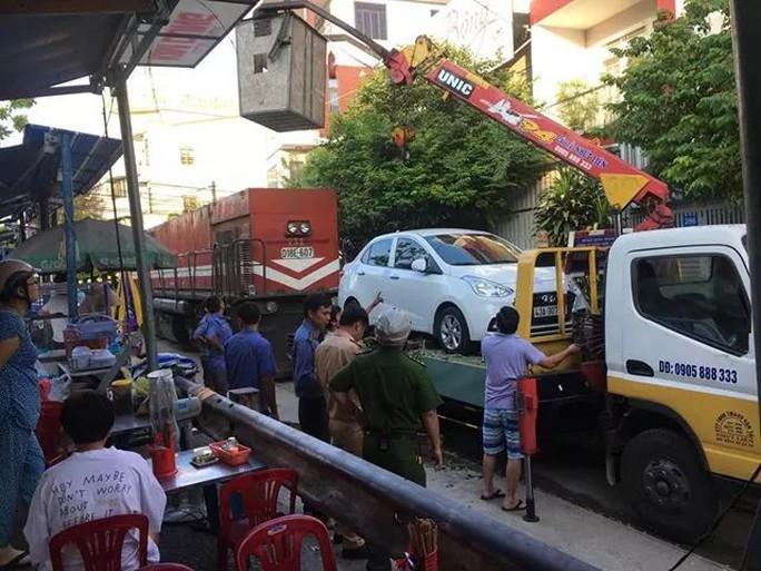 2 ôtô đậu trên đường ray, khiến đầu máy tàu hỏa bị trễ chuyến cả giờ - Ảnh 1.