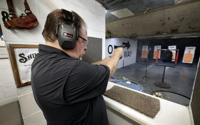 Áo chống đạn cho trường học Mỹ ngăn chặn được loại súng nào? - Ảnh 2.