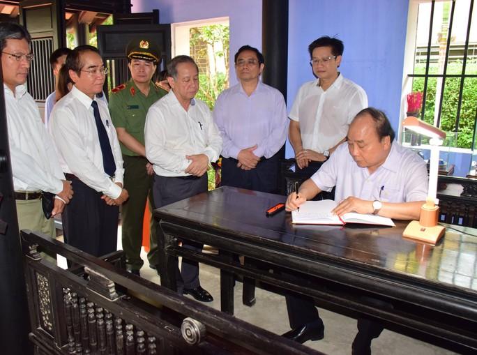 Thủ tướng Nguyễn Xuân Phúc dâng hương tại Nhà lưu niệm Bác Hồ ở TP Huế - Ảnh 2.