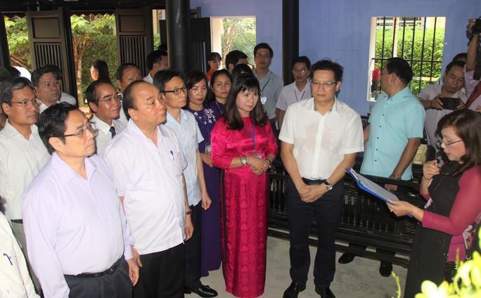 Thủ tướng Nguyễn Xuân Phúc dâng hương tại Nhà lưu niệm Bác Hồ ở TP Huế - Ảnh 1.