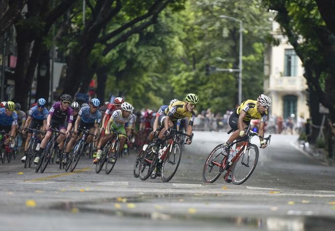 Tay đua Hàn Quốc giữ áo vàng sau cuộc đua tốc độ  - Ảnh 2.