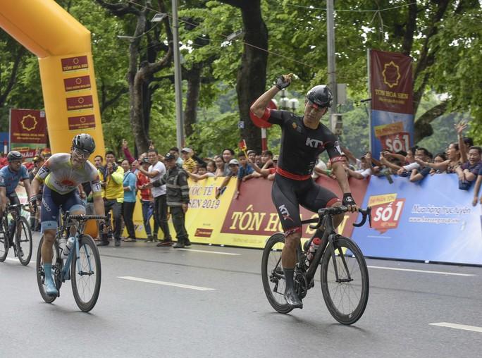 Tay đua Hàn Quốc giữ áo vàng sau cuộc đua tốc độ  - Ảnh 1.