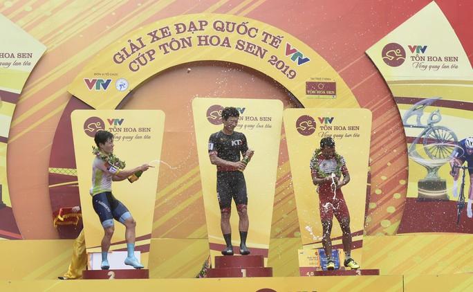 Tay đua Hàn Quốc giữ áo vàng sau cuộc đua tốc độ  - Ảnh 7.