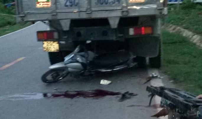 Tông vào đuôi xe tải đỗ ven đường, 2 thanh niên đi xe máy thương vong - Ảnh 1.