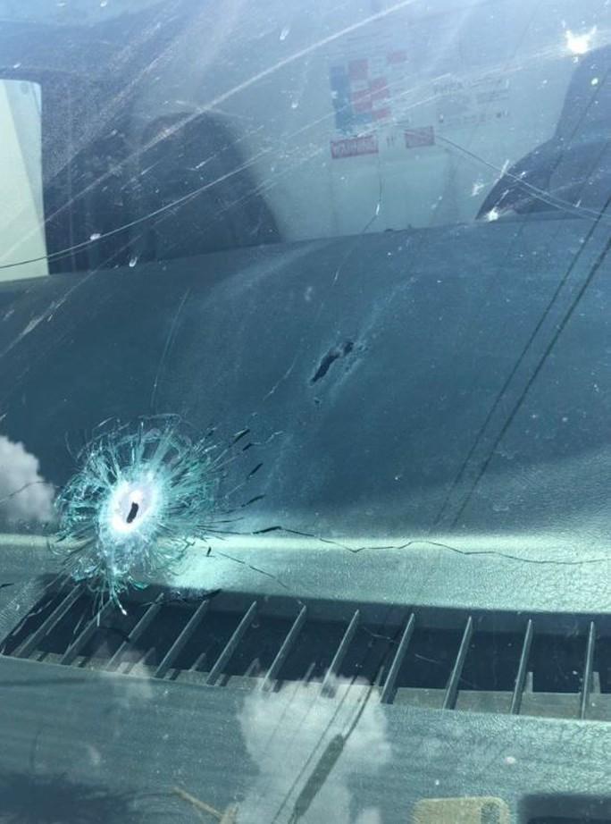 Mỹ: Xả súng tại điểm dừng đèn đỏ, 26 người thương vong - Ảnh 2.