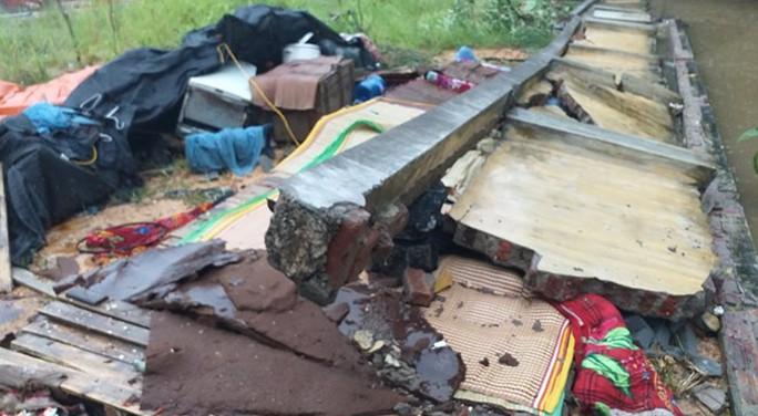 Tường rào bất ngờ đổ sập, 3 người tử vong trong đêm - Ảnh 1.