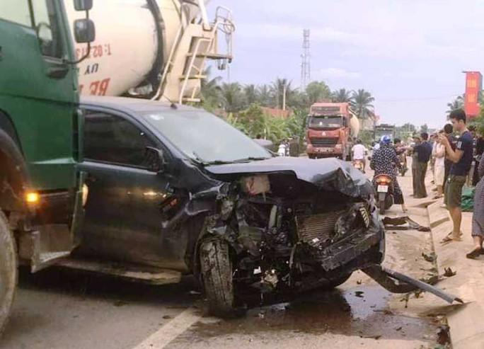 Xe bán tải va chạm xe máy rồi tông xe 7 chỗ, 2 người phụ nữ bị thương - Ảnh 2.