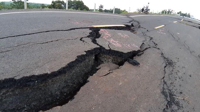 Vụ đường 250 tỷ vừa hoàn thành đã hỏng: Mặt đường ngày một tan nát - Ảnh 2.