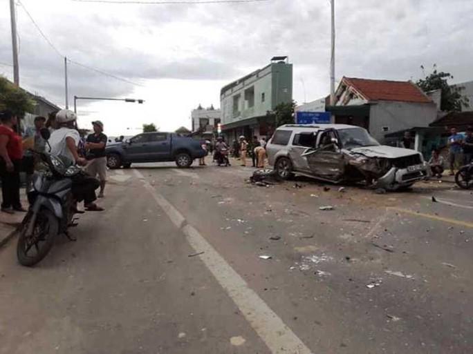 Xe bán tải va chạm xe máy rồi tông xe 7 chỗ, 2 người phụ nữ bị thương - Ảnh 1.