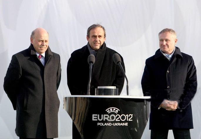 Nửa tỉ USD tài trợ bóng đá của UEFA vào túi tư nhân - Ảnh 1.