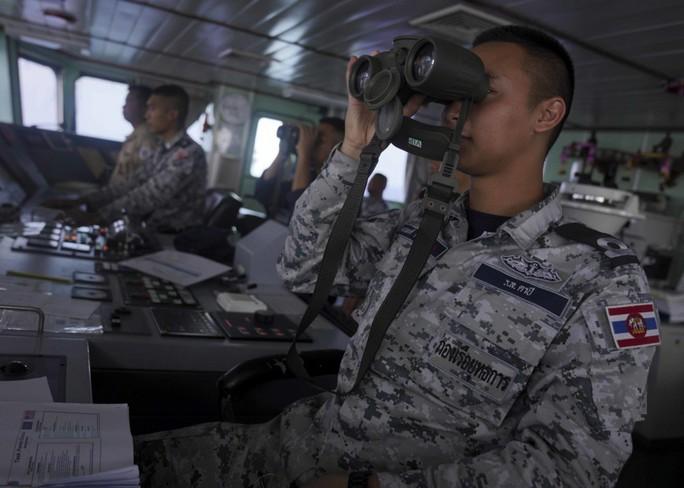 Cận cảnh đặc nhiệm hải quân ASEAN-Mỹ diễn tập truy bắt nghi phạm trên tàu - Ảnh 2.